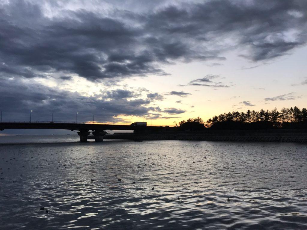 花見川と美浜大橋